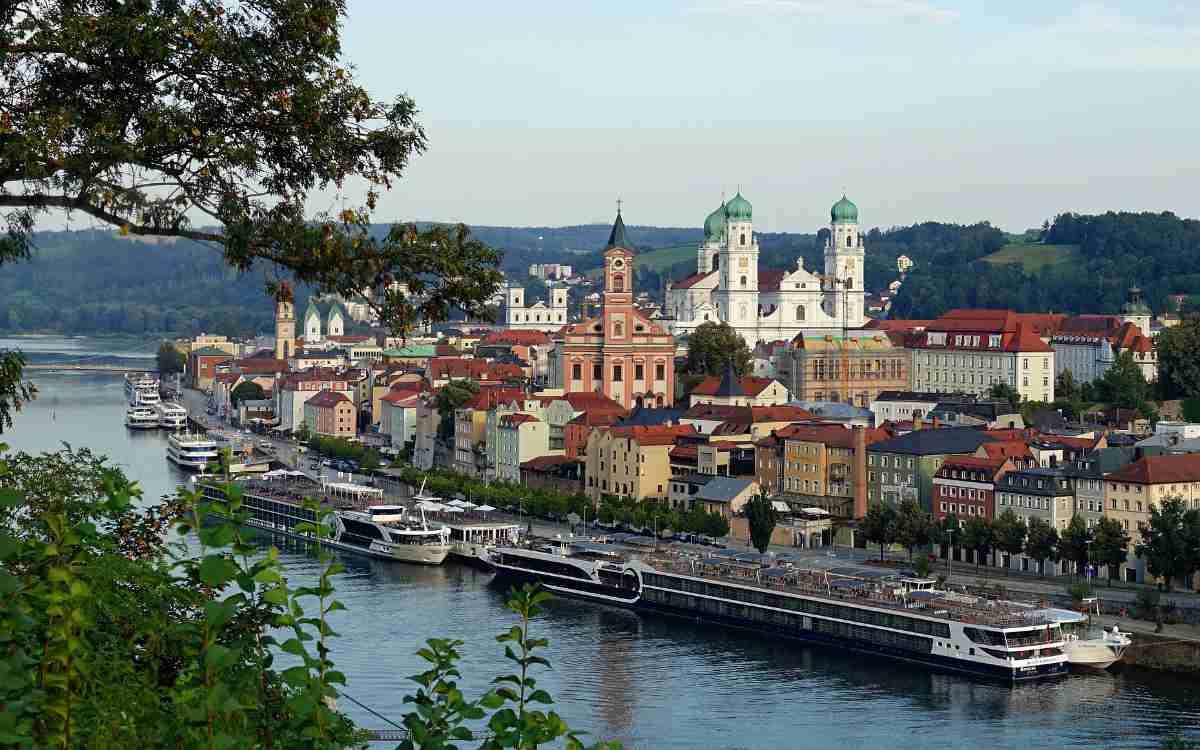 Urlaub in Deutschland und Österreich? Donaukreuzfahrten ab Passau kann man auch in Reisebüros in Bayreuth buchen. Symbolbild: Pixabay