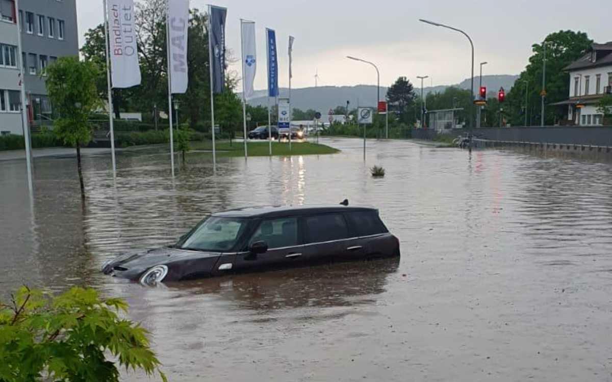 Hochwasser in Bindlach: In der Stöckigstraße hinter dem Bahnhof ist ein Auto stark in Mitleidenschaft gezogen worden. Foto: privat