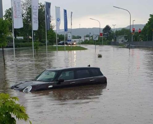 Überschwemmung in Bindlach: In der Stöckigstraße hinter dem Bahnhof ist ein Auto stark in Mitleidenschaft gezogen worden. Der Kommandant der Feuerwehr zieh jetzt Bilanz. Foto: privat