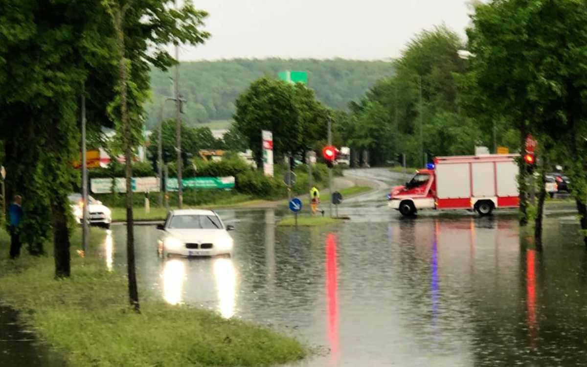 Überschwemmun in Bindlach: An der Bindlacher Straße zwischen Autobahnbrücke und BayWa war die Feuerwehr im Einsatz. Bild: Bayreuther Tagblatt