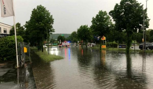 Im Industriegebiet Bindlacher Straße: Auch zwischen der Autobahnbrücke und der Bindlacher Allee kam es zu starken Überschwemmungen. Bild: Bayreuther Tagblatt