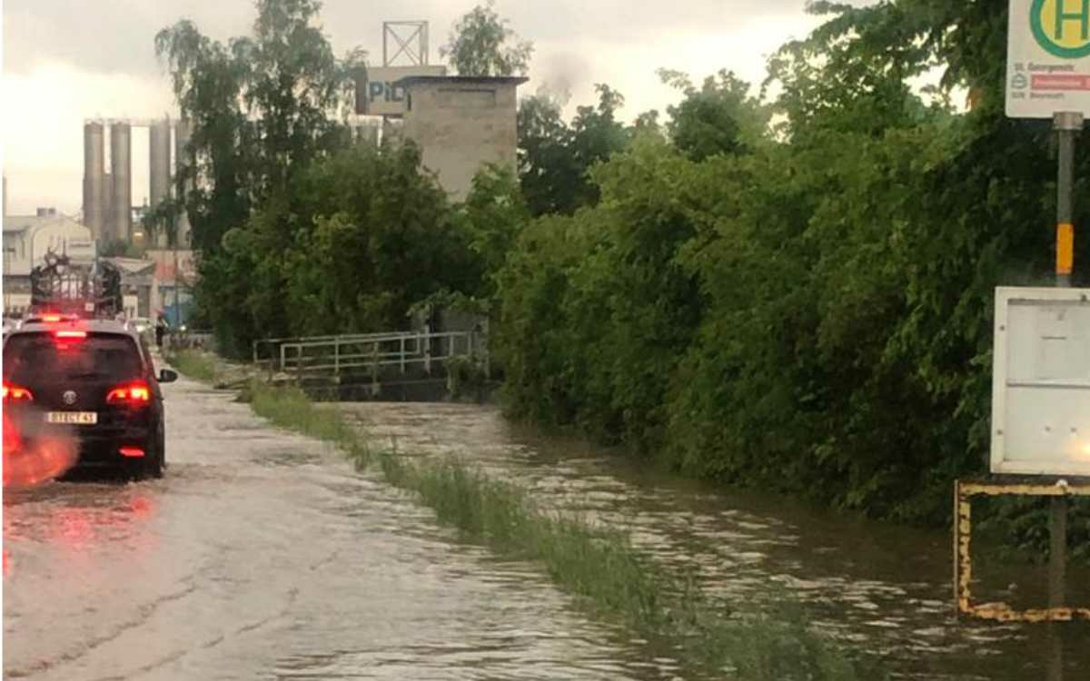 In Bindlach wurde die St.-Georgen-Straße und ein kleiner Bach daneben stark überschwemmt. Bild: Bayreuther Tagblatt