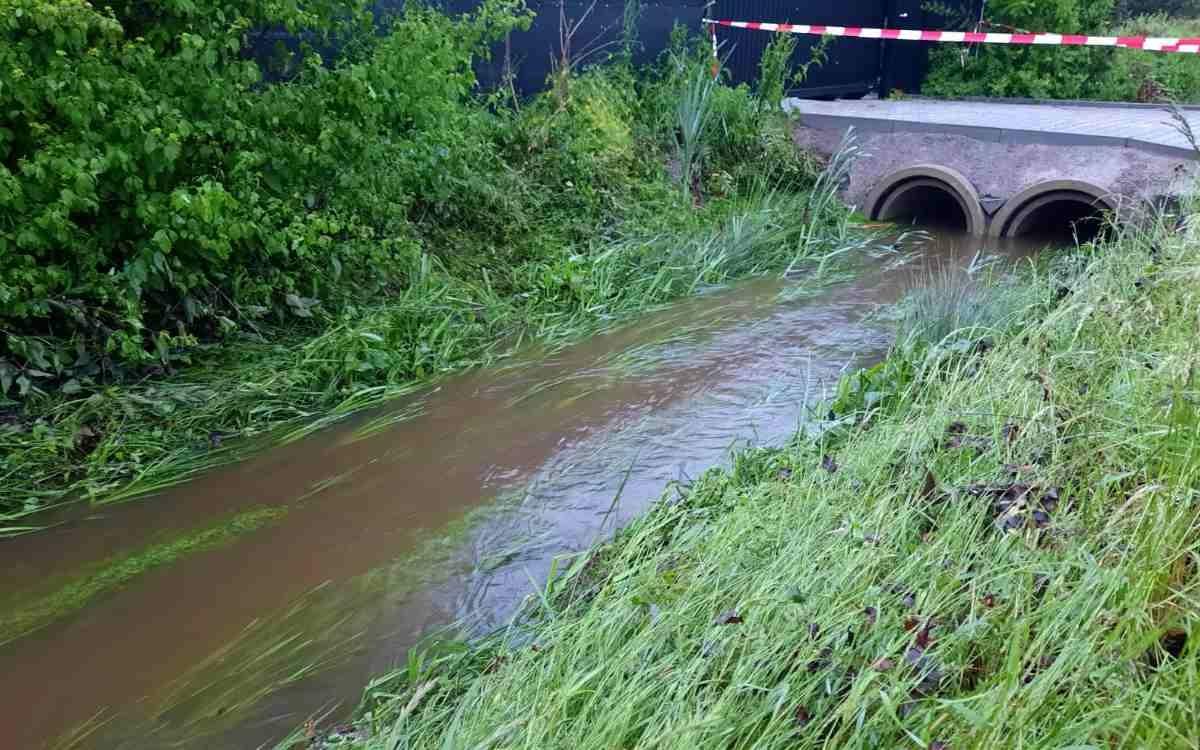 Der Flußgraben neben der Bindlacher St.-Georgen-Straße führt auch am Morgen nach der Überschwemmung noch deutlich mehr Wasser als gewöhnlich. Bild: Jürgen Lenkeit