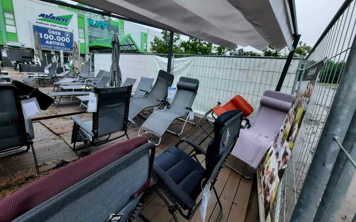 Möbelhaus in Bindlach: Der Ausstellungsbereich im Freien ist durch die Überschwemmung deutlich in Mitleidenschaft gezogen. Bild: Jürgen Lenkeit