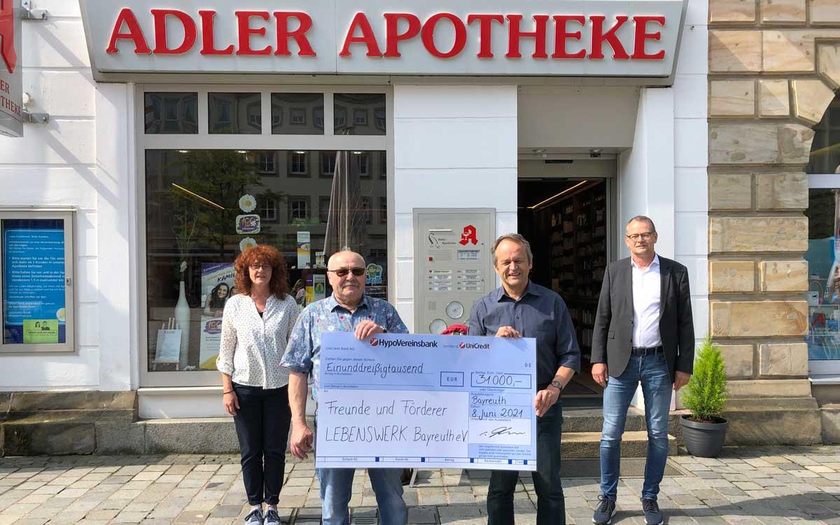 Die Bayreuther Apothekengemeinschaft unterstützt den Verein Lebenswerk mit einer großen Spende (v.l.n.r.: Birgit Richter, Karlheinz Schuder, Wolfgang Bauer und Matthias Bär) Foto: Redaktion