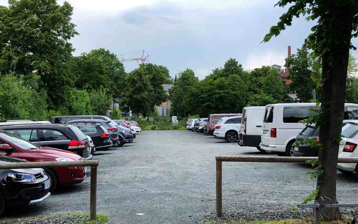 Die Stadtwerke Bayreuth wollen den Schotterparkplatz Am Sendelbach sowie das Gebiet Kulmbacher Straße einer Sanierung unterziehen. Dazu wird es am 1. Oktober 2021 ein Informationsgespräch geben. Archivbild: Jürgen Lenkeit