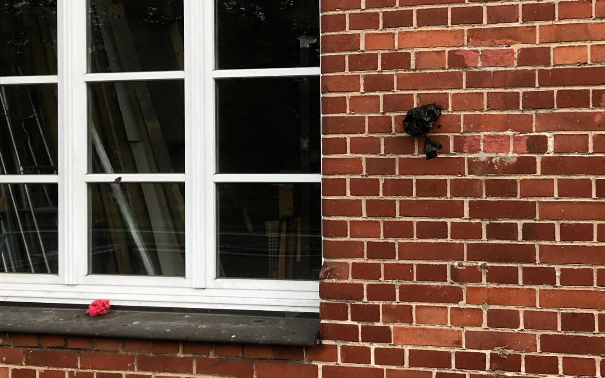 Die Kotbeutel wurden an die Rückseite der Studiobühne Bayreuth geworfen. Bild: Studiobühne Bayreuth