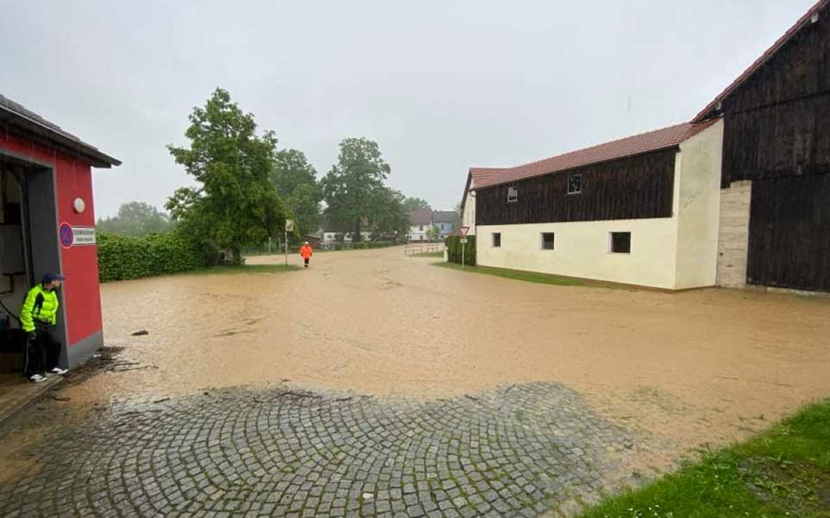 Seit Freitag (5. Juni 2021) ist die Feuerwehr Dressendorf im Landkreis Bayreuth im Einsatz gegen die derzeitigen Unwetter in der Region. Foto: Feuerwehr Dressendorf (Facebook)