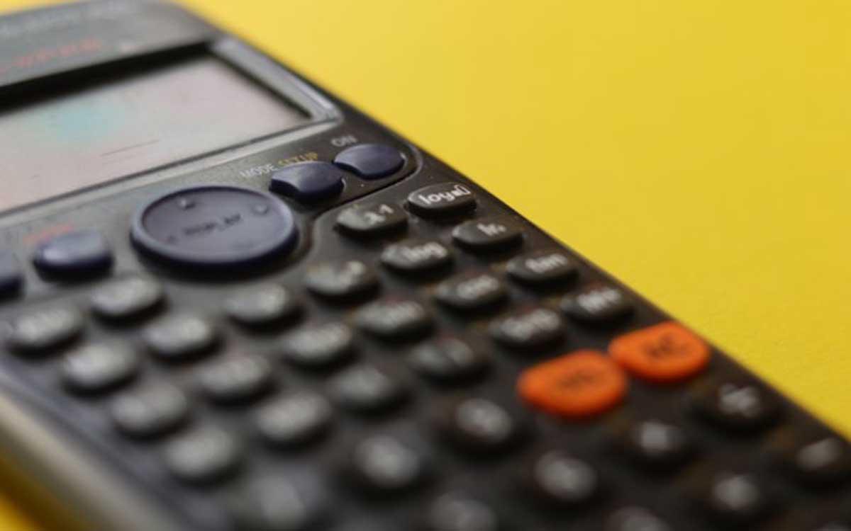 Vor einer Umschuldung heißt es: Genau rechnen, denn die Kosten einer Umschuldung sollten niedriger liegen als die mögliche Ersparnis. Foto: Clayton Robbins / Unsplash.com