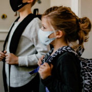 Luftfilter in Schulen in Bayern: Harte Kritik von Bayreuther Politiker an die Regierung. Symbolbild: Unsplash/Kelly Sikkema