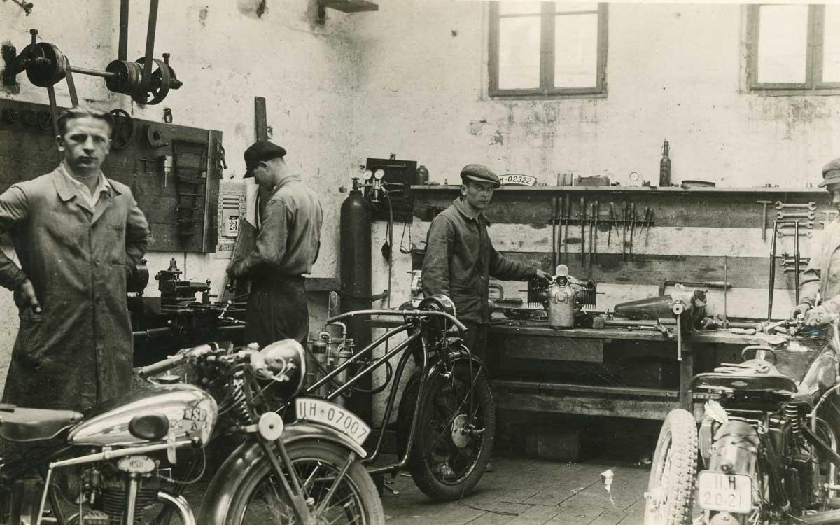 Der junge Hans Nützel in seiner Motorrad-Werkstatt. Foto: Motor-Nützel