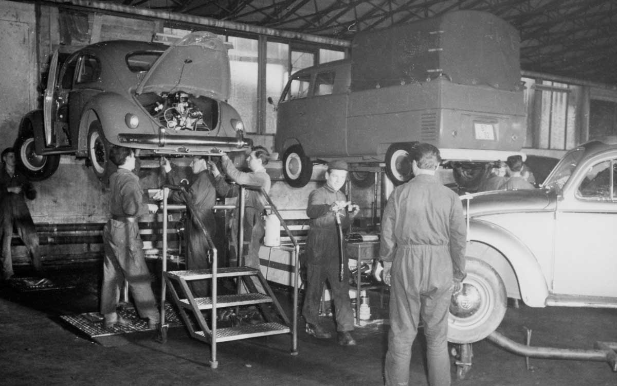 Fleißige Monteure in den 60er Jahren. Foto: Motor-Nützel