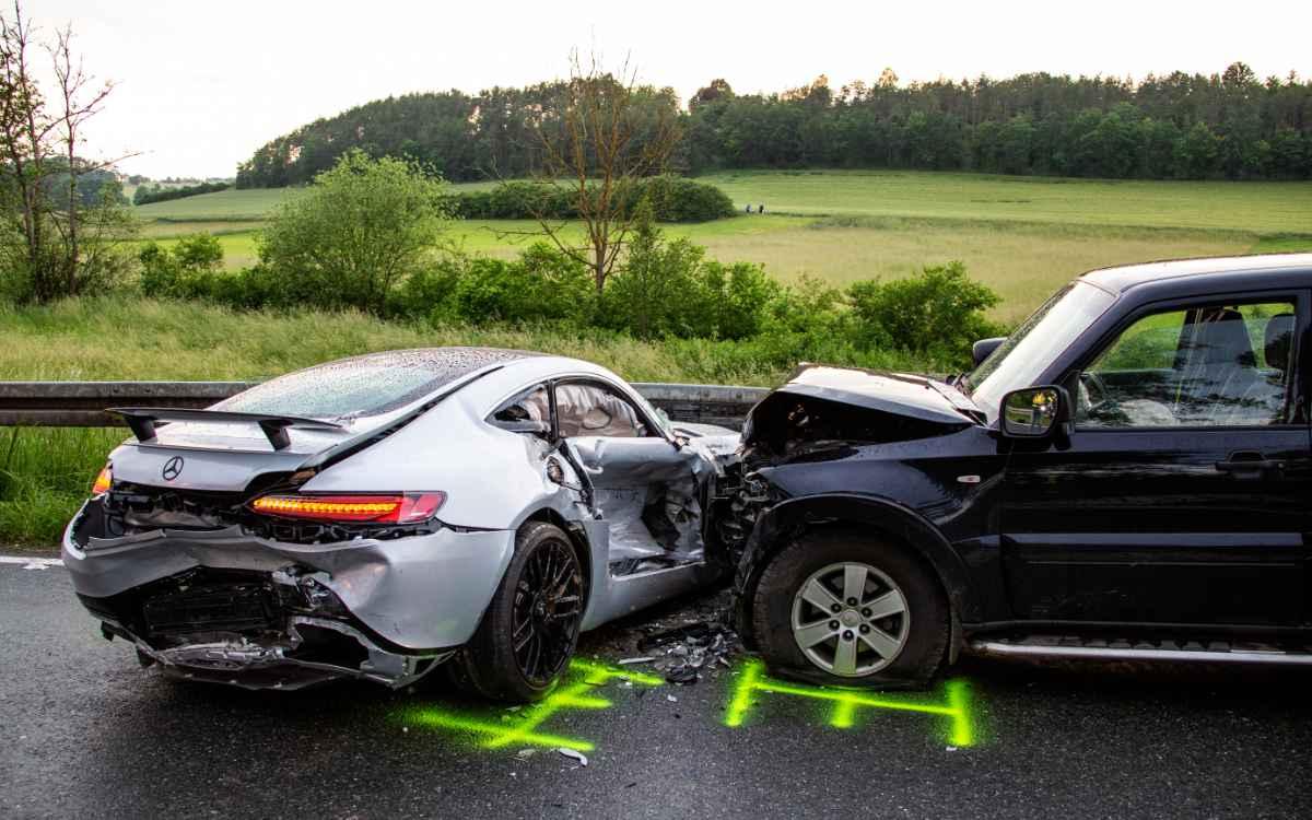 Bei Schlüsselfeld ist am 10. Juni ein Sportwagen beim Überholen mit zwei Autos kollidiert. Zwei Personen wurden schwer verletzt. Bild: NEWS5