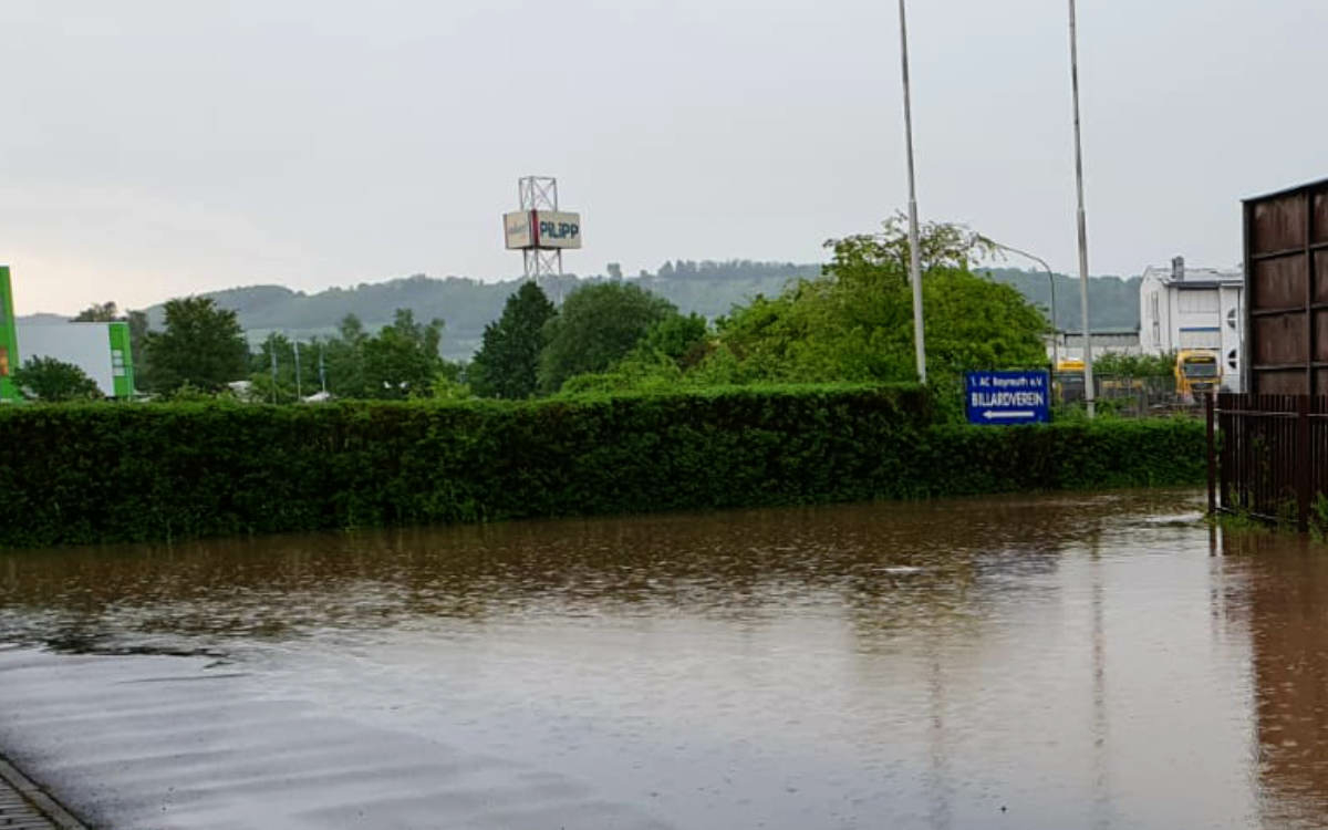 Hochwasser in Bindlach: Der Hof des Billardvereins steht größtenteils unter Wasser. Bild: privat