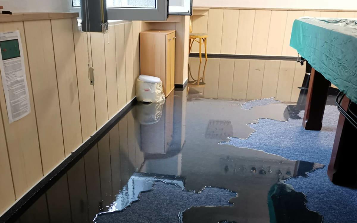 Das Wasser drückt durch die Wand: Mitglieder des Billardclubs waren anwesend, als das Wasser kam. Bild: privat