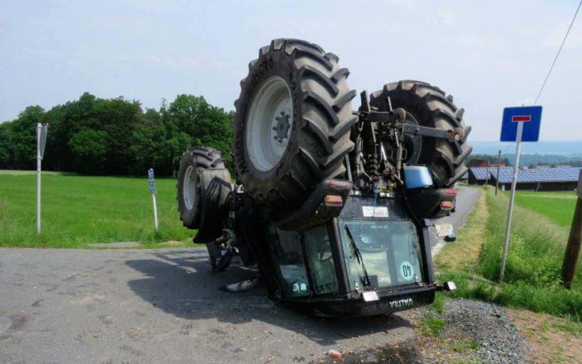 Bei einem Unfall im Landkreis Kulmbach hat sich ein Traktor überschlagen und ist auf dem Dach liegengeblieben. Bild: Polizeiinspektion Stadtsteinach