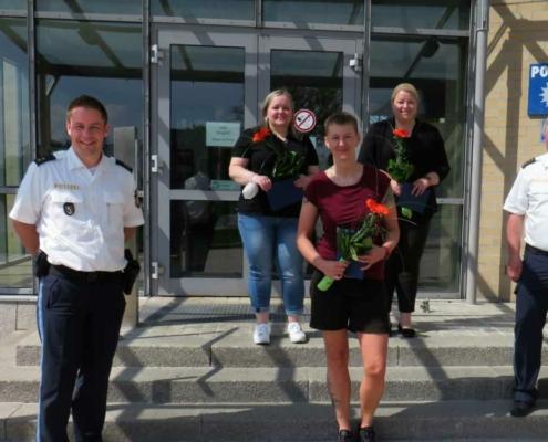 Für Zivilcourage ausgezeichnet: die drei Mitarbeiterinnen eines Schnellrestaurants mit Matthias Singer (links) und Dienststellenleiter Klaus Weich (rechts; beide Polizei Hof). Bild: Polizeiinspektion Hof