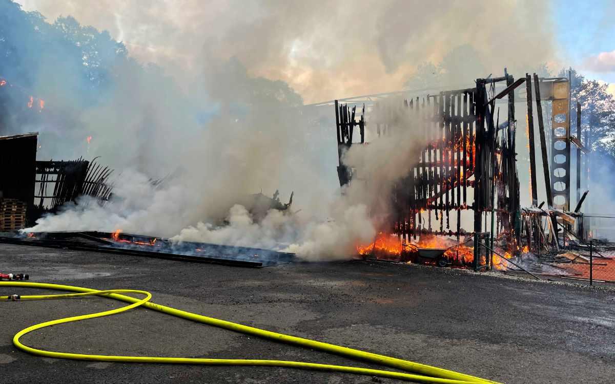 In Marktredwitz geriet am Dienstagabend (15. Juni) steht eine Tennishalle in Flammen. Bild: NEWS5/Fricke