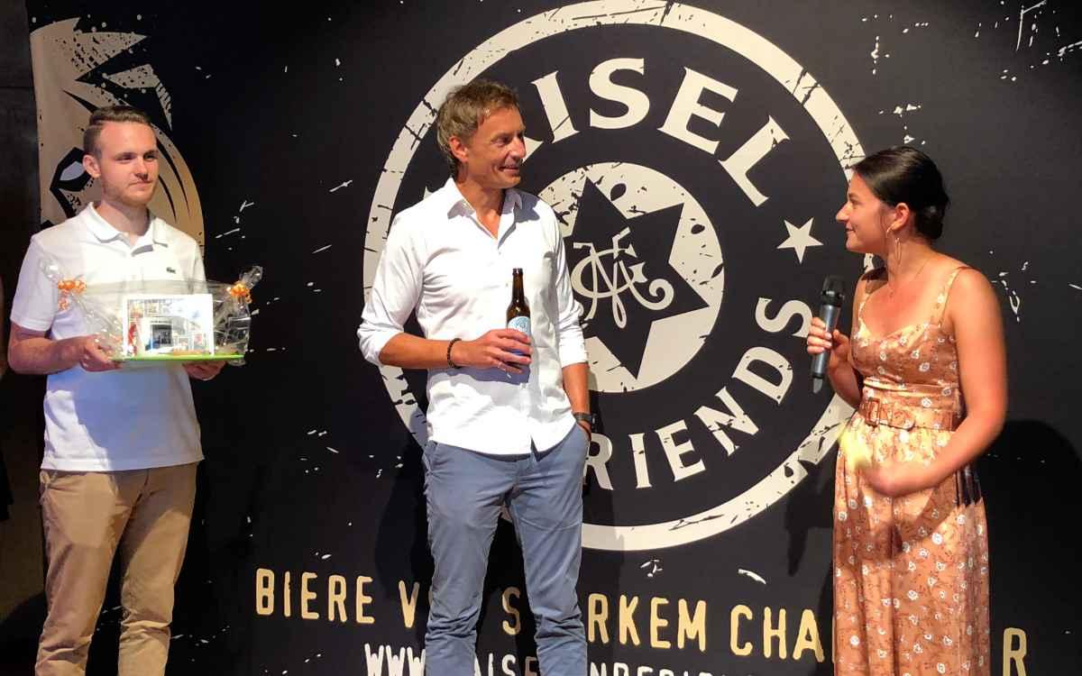 Die Auszubildenden Viktor Stompe (li.) und Linda Ammon (re.) bedanken sich bei Brauerei-Chef Jeff Maisel für die Projektbegleitung beim SummerCrew Session IPA. Bild: Jürgen Lenkeit