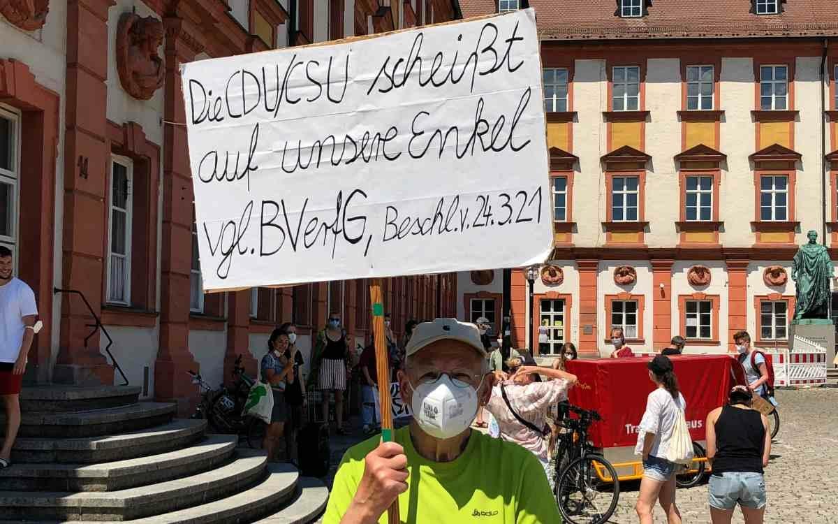 Fridays For Future in Bayreuth lässt auch ältere Mitbürger nicht kalt. Bild: Jürgen Lenkeit