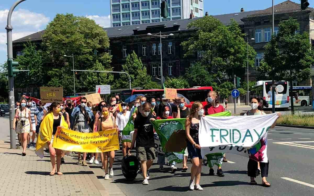 Fridays For Future in Bayreuth: Die Demonstration erreicht den Hohenzollernring. Bild: Jürgen Lenkeit