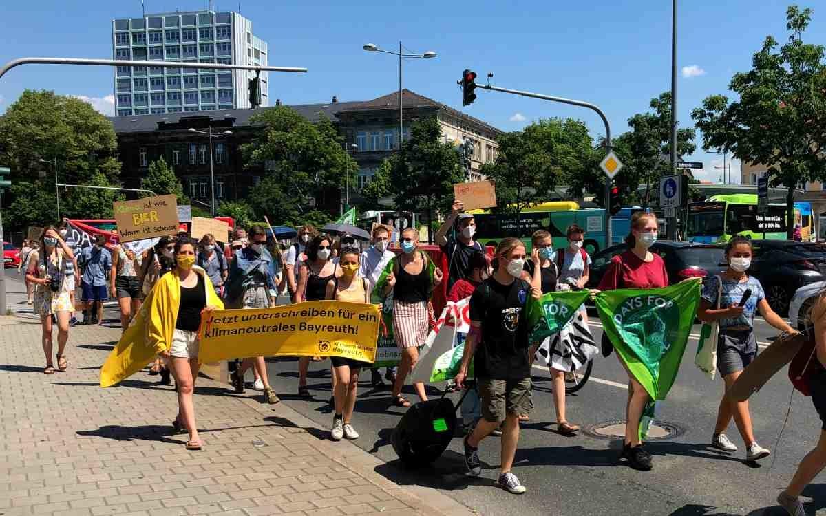 Es waren mehr als die 100 gemeldeten Teilnehmer zur Demonstration erschienen. Bild: Jürgen Lenkeit