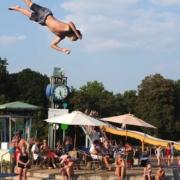 Bei einem schlimmen Unfall im Schwimmbad im Marktredwitz verletzte sich ein Mann schwer. Aktuell befindet er sich im Klinikum Bayreuth. Symbolfoto: Pixabay