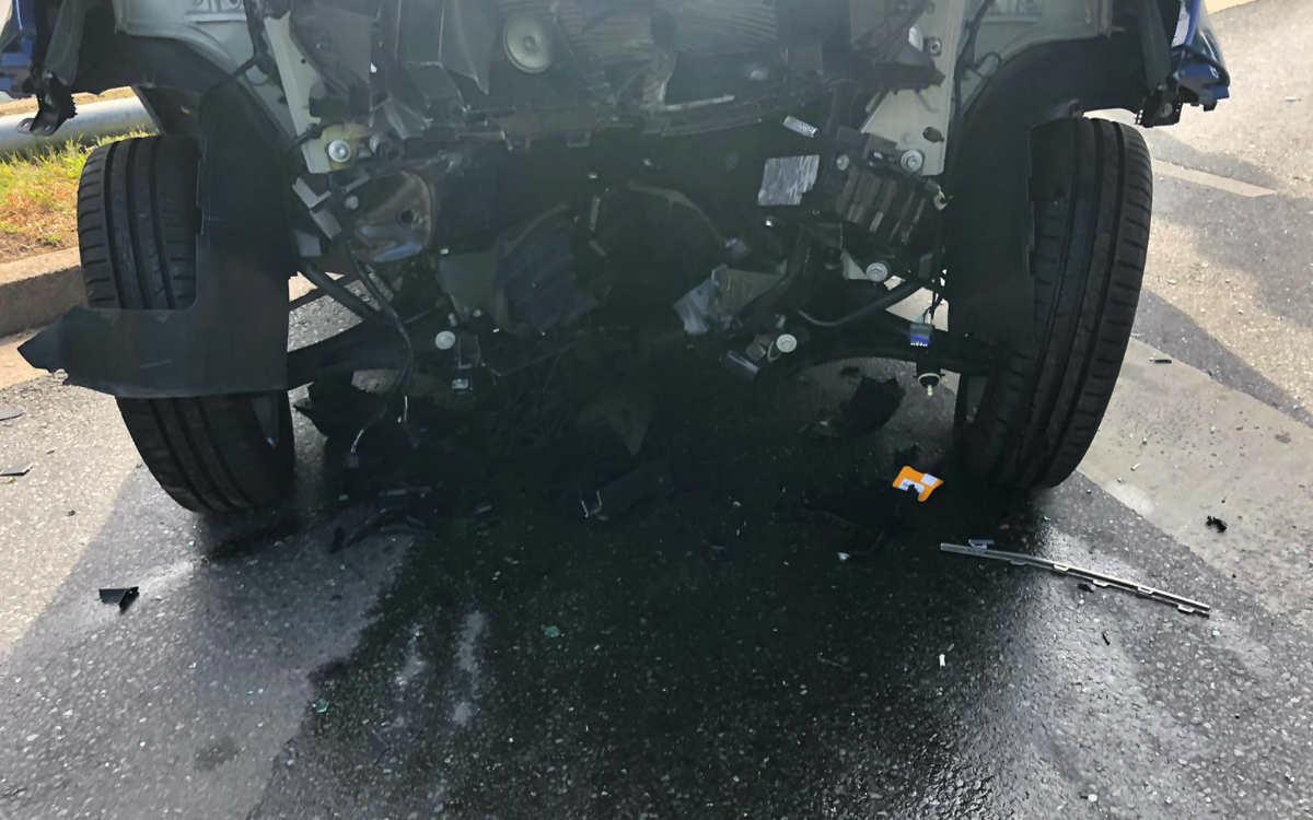 Heftiger Unfall in Bayreuth: Die Polizei berichtet von einem großen Trümmerfeld auf der Straße. Mindestens eine Person verletzte sich. Foto: Redaktion