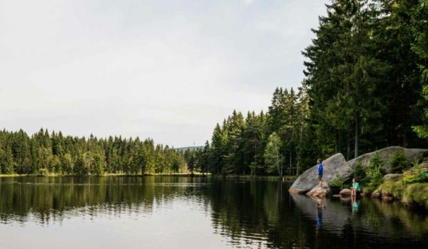 Das Fichtelgebirge hat einiges an schönen Ausflugszielen zu bieten. Eines davon: der Fichtelsee. Bild: Tourismuszentrale Fichtelgebirge/Florian Manhardt