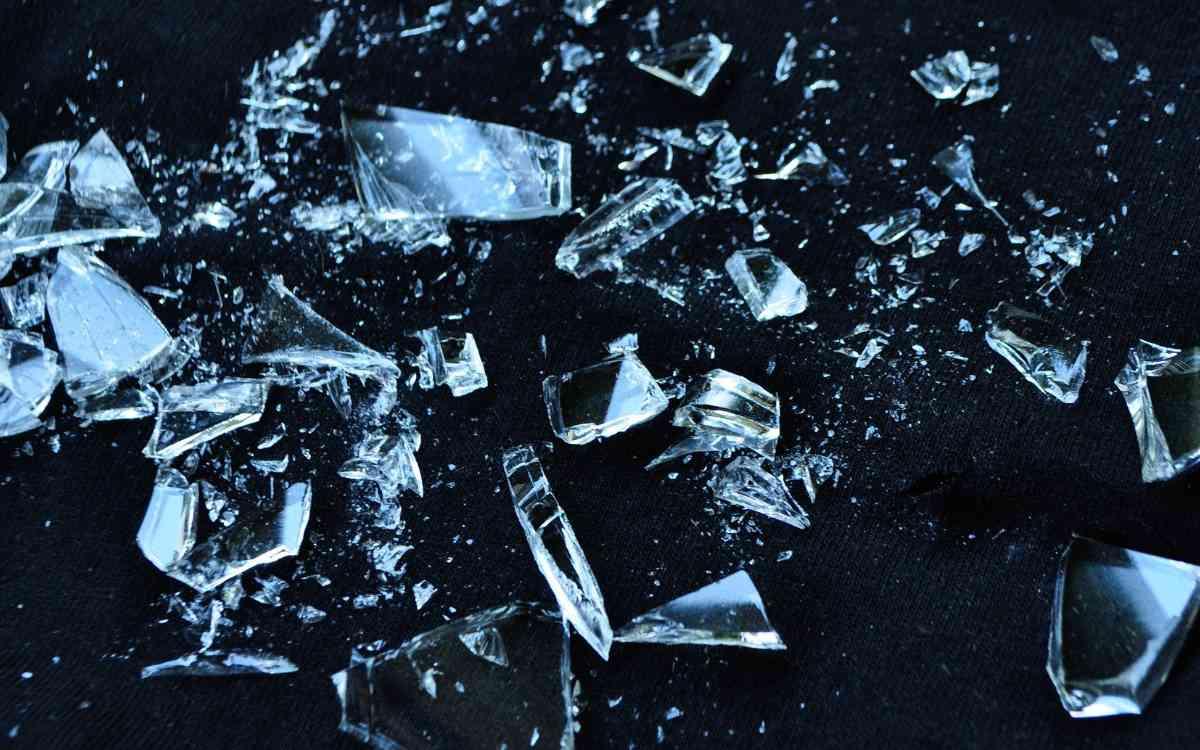 Glasscherben in einer Weitsprunganlage einer oberfränkischen Schule: Vermutlich mit Absicht dort versteckt. Symbolfoto: Pixabay