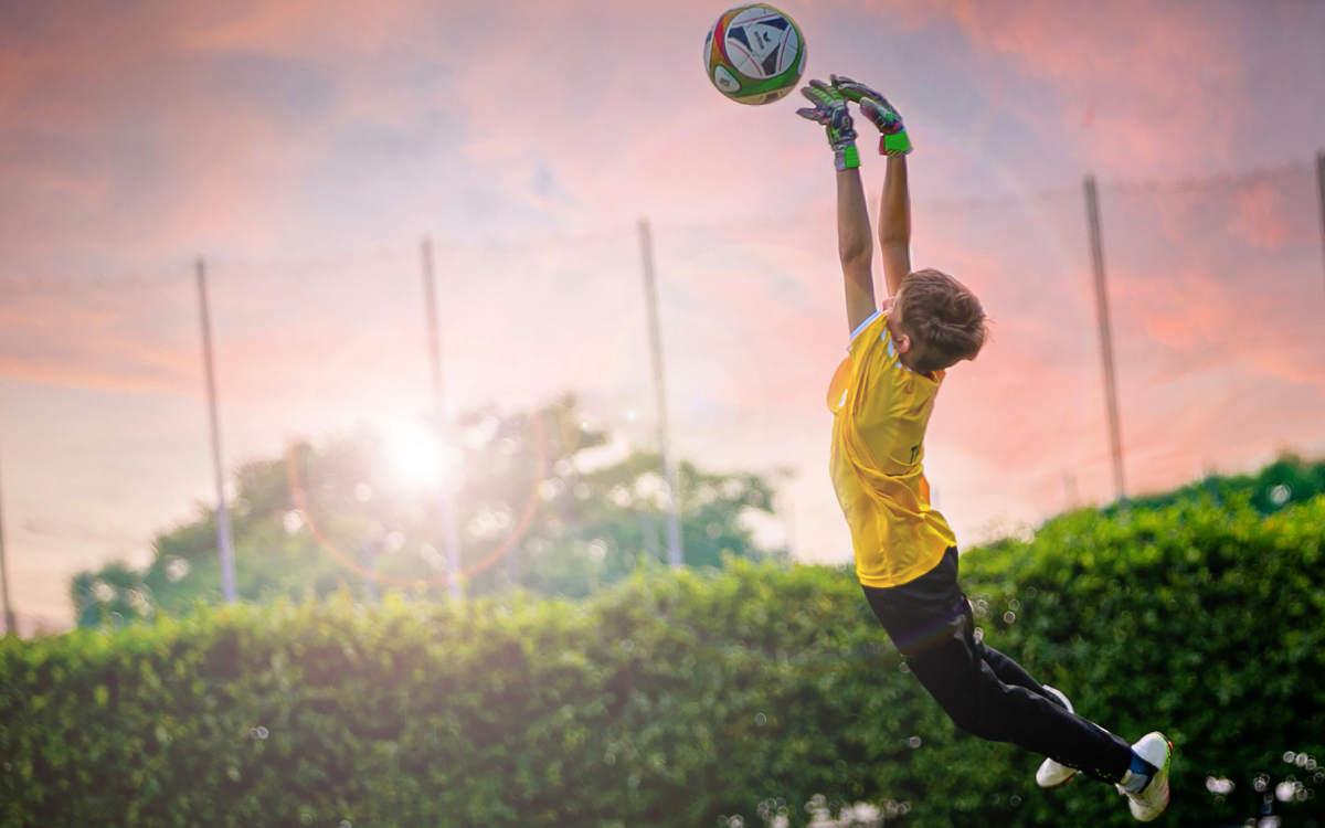 In Bayreuth löste ein 7-jähriger Junge beim Fußballspielen einen Polizeieinsatz aus. Symbolbild: Pixabay