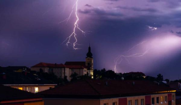 Warnung vor Unwettern: Insbesondere am Freitagabend könnte es zu Gewittern in der Region kommen. Symbolfoto: Tomáš Vydržal/unsplash