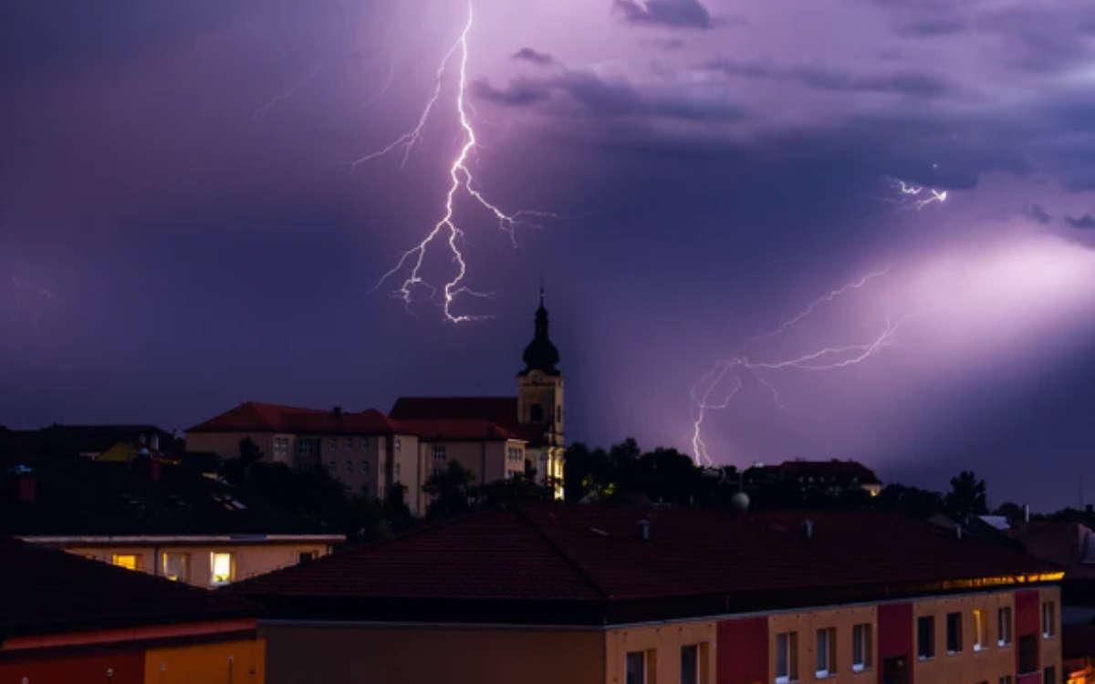 Schwere Gewitter in Bayreuth Stadt und Landkreis sind aktuell am Donnerstag (15. Juli 2021) gemeldet. Symbolfoto: Tomáš Vydržal/unsplash
