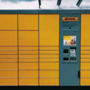 In Gefrees im Landkreis Bayreuth wird eine DHL-Packstation eröffnet. Symbolbild: Unsplash/Jan Antonin Kola