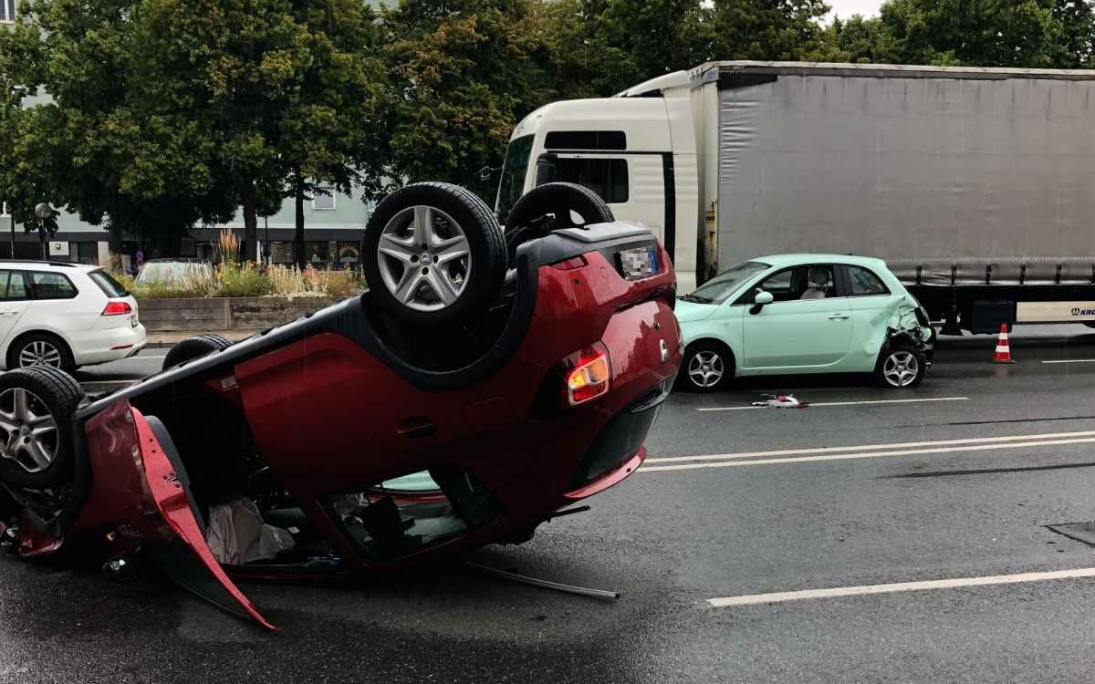 Schwerer Unfall auf dem Hohenzollernring in Bayreuth: Ein Auto wurde auf das Dach geschleudert. Bild: Jürgen Lenkeit