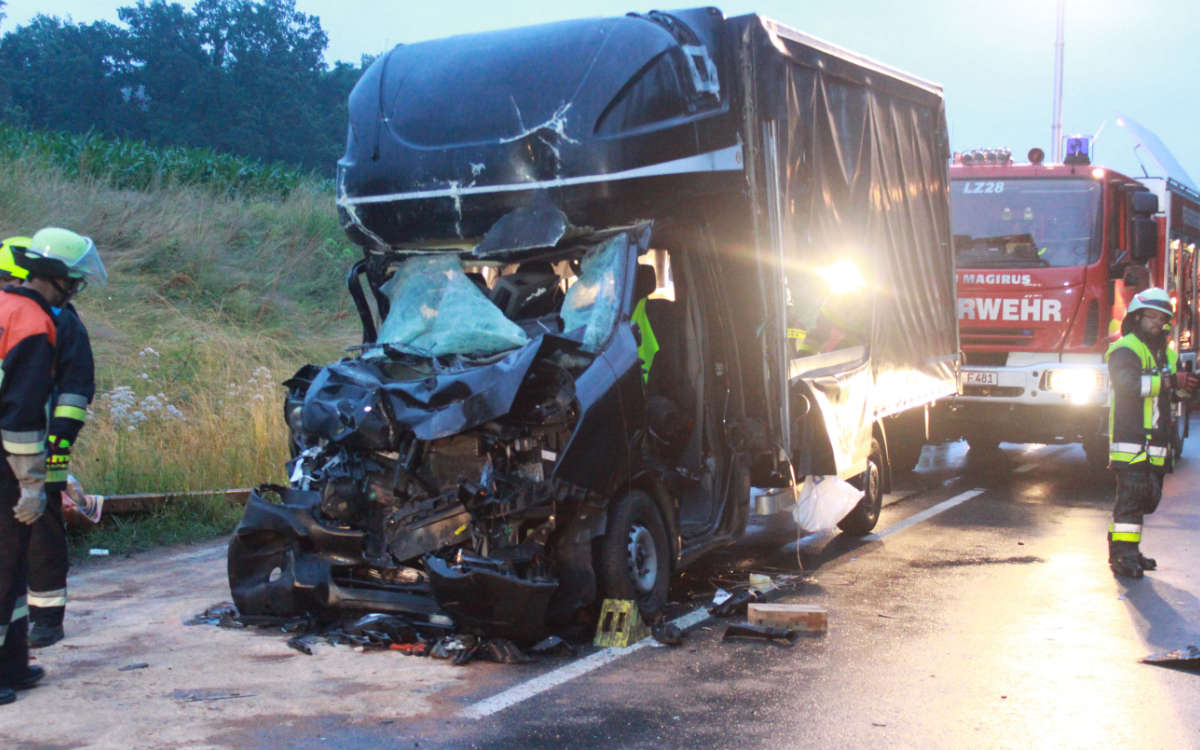 Schwerer Unfall im Kreis Bayreuth. Eine Person wurde dabei im Fahrzeug eingeklemmt. Foto: News5/ Holzheimer