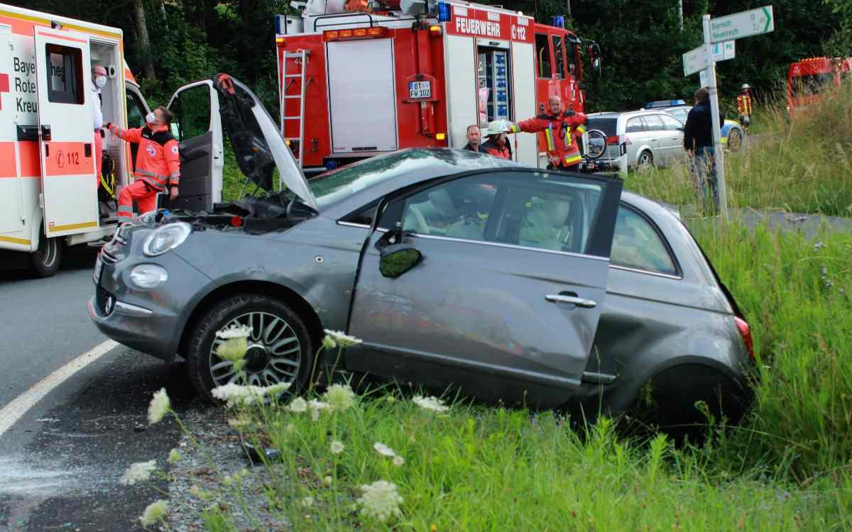 Bei Creußen hat sich ein dreirädriger Fiat 500 überschlagen. Vier Personen wurden verletzt. Bild: NEWS5