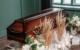 Können Erdbestattungen in Bayreuth auf Wunsch bald ohne Sarg erfolgen? Ein Antrag wurde eingereicht. Zudem wurde in diesem Jahr die Bestattungsverordnung in Bayern gelockert. Symbolbild: Pexels/Pavel Danilyuk
