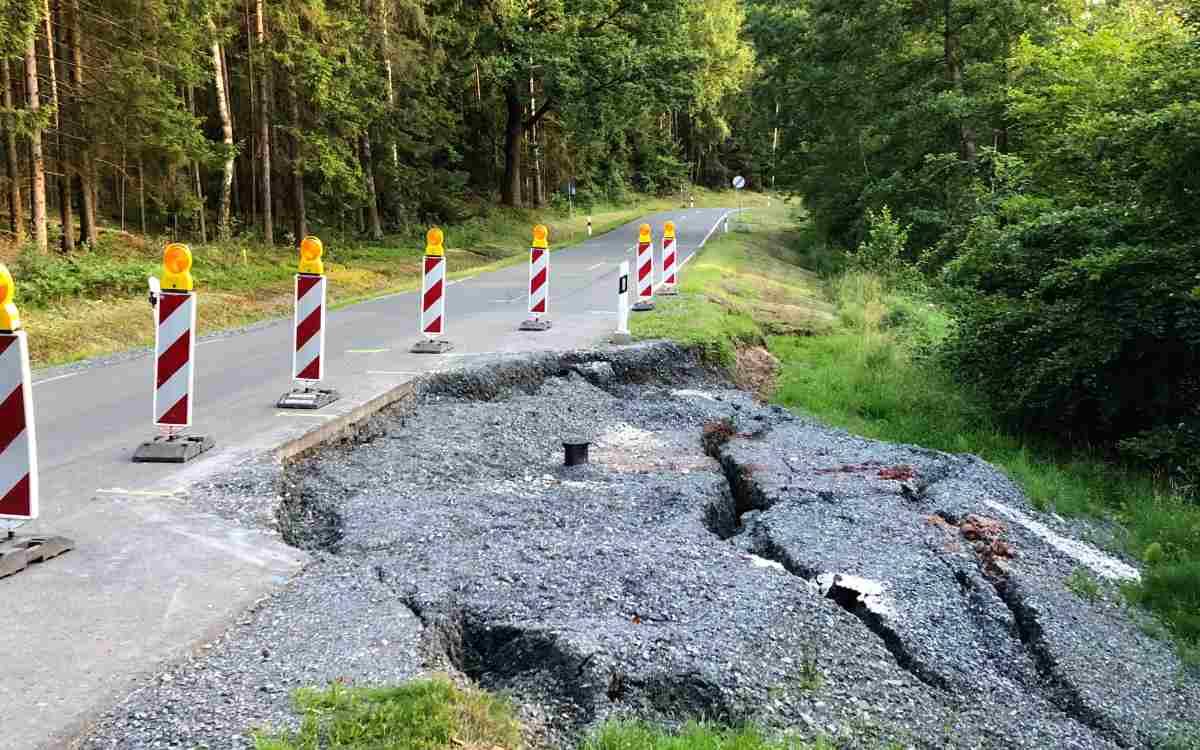 Die Straße zwischen Cottenbach und Theta droht abzusacken und muss komplett gesperrt werden. Bild: Jürgen Lenkeit