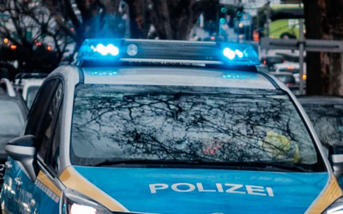 Ein Lkw-Fahrer geriet auf der A93 ins Schlingern, verlor Fahrzeugteile, die ein anderes Auto trafen, und ist geflohen. Symbolbild: Pixabay
