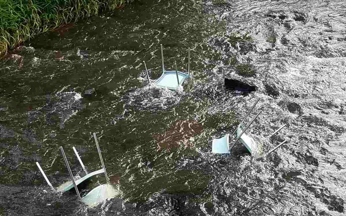 Vandalismus in Bad Berneck: Neben anderen Zerstörungen wurden in den vergangenen Wochen auch Stühle in die Ölschnitz geworfen. Bild: Florian Fraaß