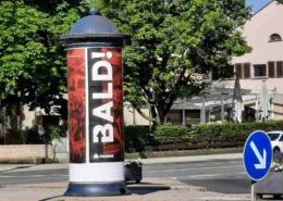 BALD - mit dieser Kampagne will die Diskothek Fabrik aus Bayreuth ein Lebenszeichen senden. Verschiedene Werbeflächen wie hier vor dem Kino wurden plakatiert. Bild: Jürgen Lenkeit