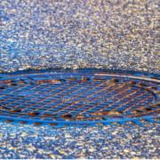 Gullideckel wurden in einer Straße in Bayreuth entfernt. Symbolfoto: pixabay