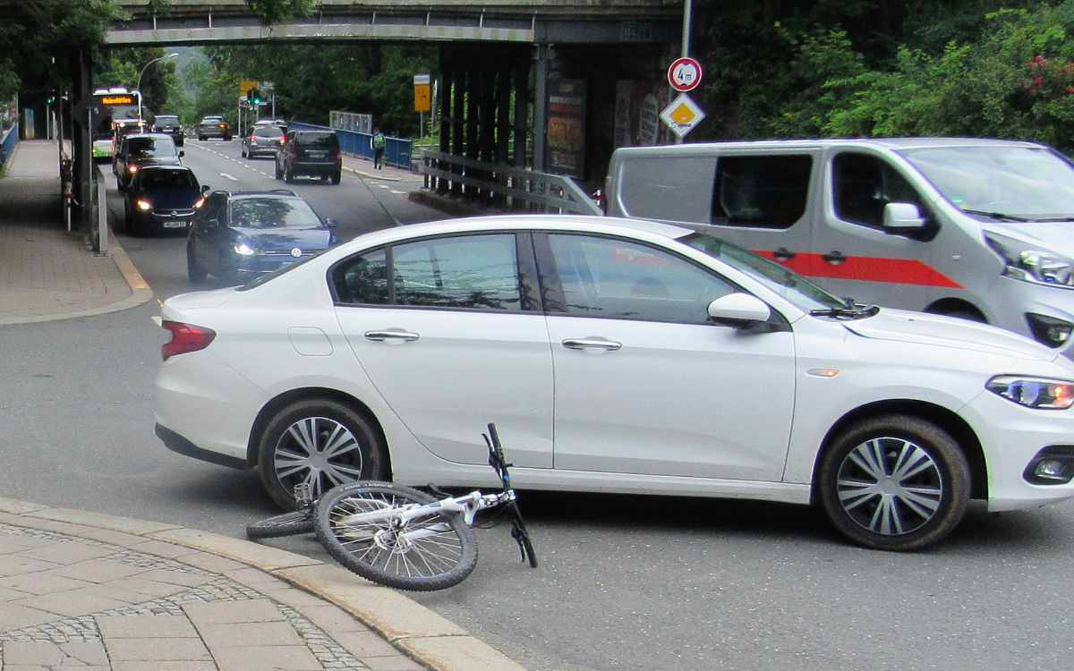 In Hof ist ein 12-jähriger Junge mit einem Auto kollidiert. Bild: Verkehrspolizei Hof