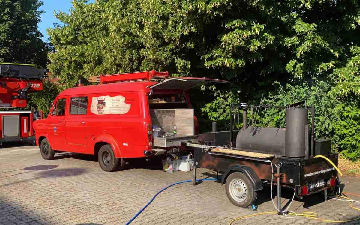Aus dem Landkreis Bayreuth fährt ein Hilfstrupp in Richtung Ahrtal in Rheinland-Pfalz. Dabei ist auch ein BBQ-Smoker. Bild: Facebook - Bernecker BBQ Smoker