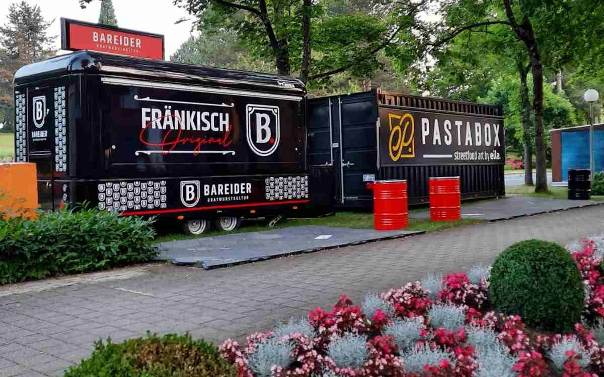 Pasta? Bratwurst? Gar beides? An den Food Trucks neben dem Festspielhaus haben die Besucher die Wahl. Bild: Jürgen Lenkeit