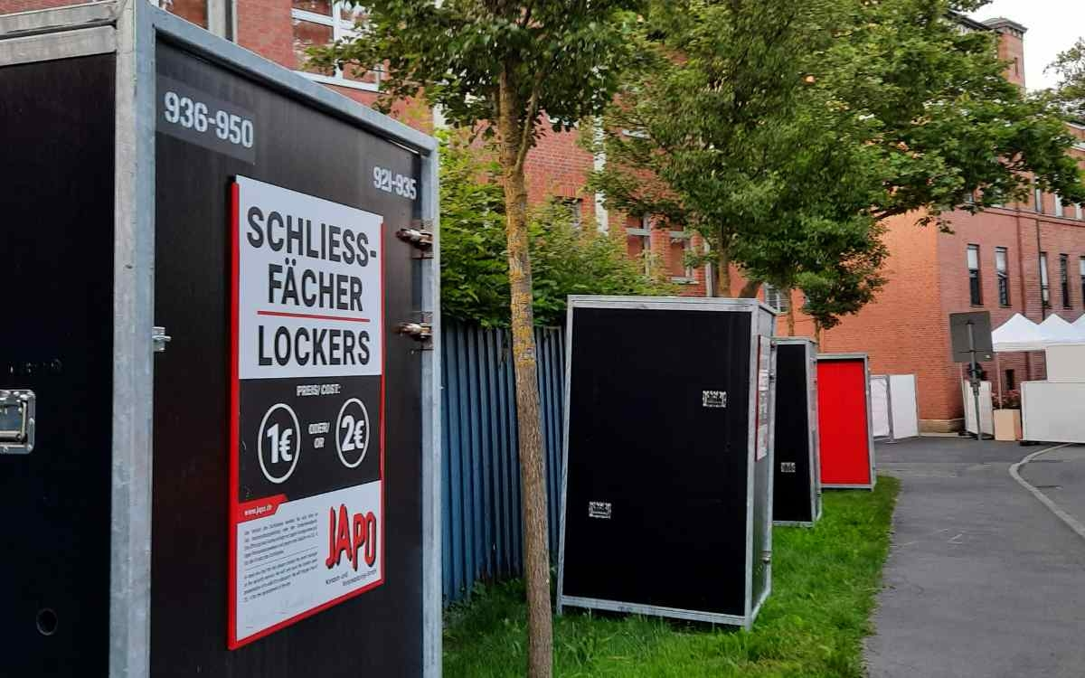 Mehr Festival als Festspiele? Klobige Schließfächer westlich des Festspielhauses am Festspielhügel. Bild: Jürgen Lenkeit