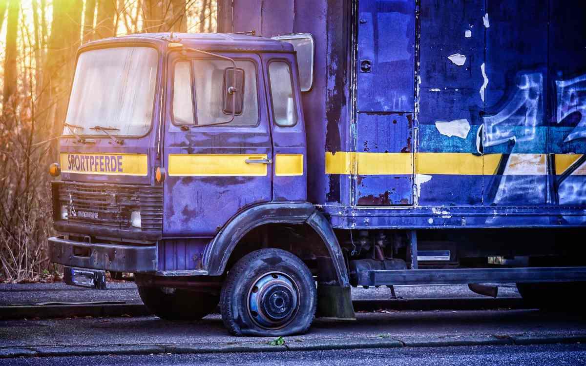 Einem Lkw platzte auf der A9 bei Bayreuth der Reifen. Zehn Fahrzeuge wurden beschädigt. Symbolbild: Pixabay