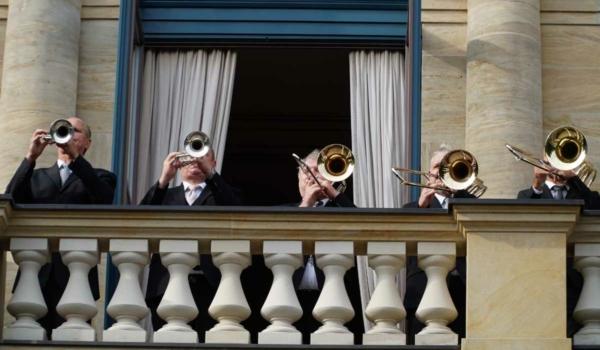 Fanfaren auf dem Balkon des Bayreuther Festspielhauses. Bild: Michael Kind