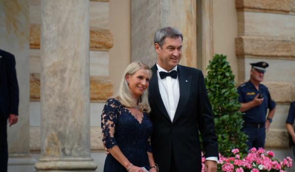Bayerns Ministerpräsident Markus Söder mit Ehefrau Karin Baumüller-Söder. Bild: Michael Kind